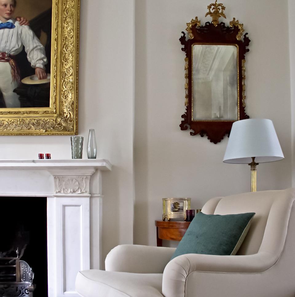 Möbel und Wände in Weißtönen und -schattierungen im perfekten, lebendigen Dialog.