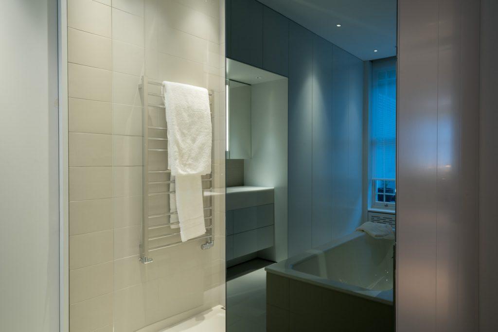 unterschiedliche Weißtöne im Bad in Dialog mit der Beleuchtung
