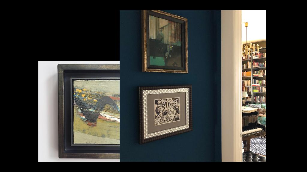 Bilder auf stahlblauer Wand und Impressionismus im Rahmen