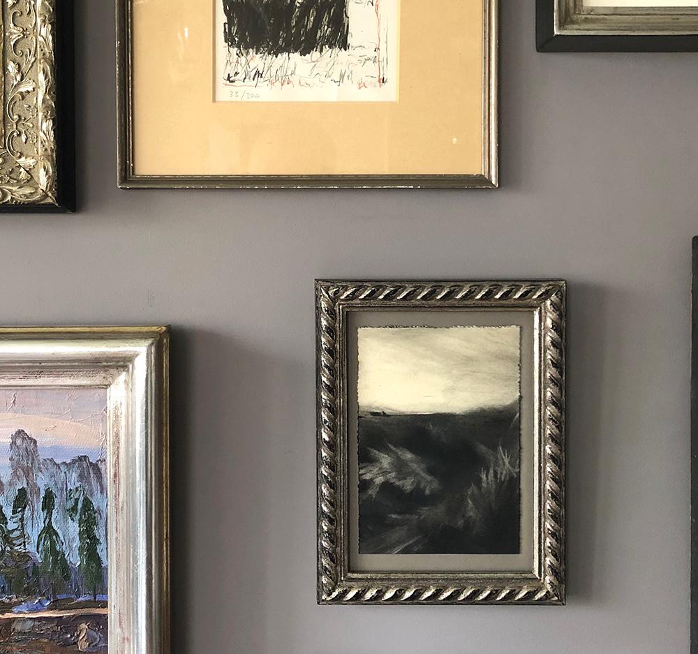 Bilderrahmen-und-Bilderecken-auf-grauer-Wand