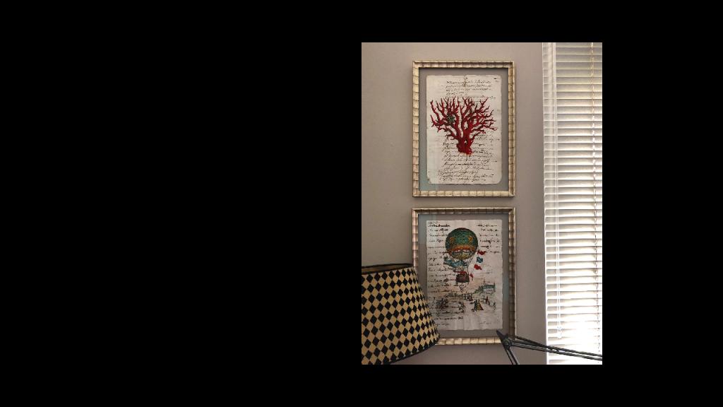 zwei-Bilder-übereinander--auf-heller-Wand-mit-Goldrahmen